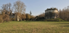 Domaine du château - English: It describes the complete location of the castle of Monthoiron. It is a picture taken from the street.