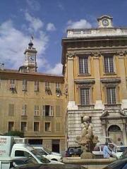Ancien couvent Saint-François -  Vue sur l'ancien Hôtel de Ville et la tour de l'horloge au fond. Prise de vue Nord.
