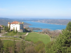Château - Français:   Lac de Sainte-Croix, Alpes de Haute Provence, France. Au premier plan, le château d\'Aiguines
