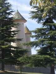 Château - Français:   Les toits coniques des tours du château d\'Aiguines sont couverts de tuiles vernissées