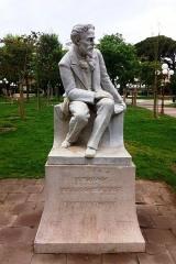 Hôpital Chalucet et jardin public Alexandre Ier - Français:   Statue du poète français François Fabié à l\'entrée principale du jardin Alexandre Ier.