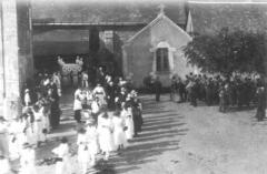 Eglise paroissiale Saint-Pierre - procession religieuse devant l'église.