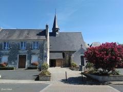Eglise paroissiale Saint-Pierre - Français:   La place principale ou place de l\'église avec le presbytère sur la gauche.