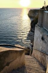 Escalier du roi d'Aragon -  Bonifacio (Corse-du-Sud) - Les premières marches des 189 que compte l\'escalier du Roi d\'Aragon, pour gagner la source d\'eau potable qui se trouve au bord de mer. Cet escalier, réalisé par les moines franciscains dans les années 1420, est inscrit au titre des Monuments historiques.  Camera location41°23′10.82″N, 9°09′24.29″E  View this and other nearby images on: OpenStreetMap 41.386338;    9.156748