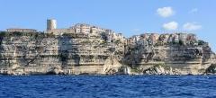 Escalier du roi d'Aragon - Français:   Les falaises  de Bonifacio , avec l\'Escalier du roi d\'Aragon taillé dans le roc (Corse-du-Sud, France)
