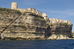 Escalier du roi d'Aragon - Italiano:   vista dal mare delle scogliere di Bonifacio e la sua scala Roi d?Aragone