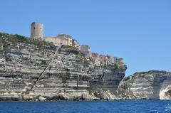 Escalier du roi d'Aragon - Deutsch:   Die Oberstadt von Bonifacio steht auf einem langgestreckten Kalk- und Sandsteinfelsen der steil zum Meer hin abfällt. Direkt in den Felsen wurde die Treppe des Königs von Aragon gehauen. Sie diente als Fluchtweg und Zugang zu einer Süßwasserquelle.