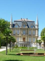Ancien château de Val-Seille, aujourd'hui mairie - English: Town Hall of Courthézon, Vaucluse, France