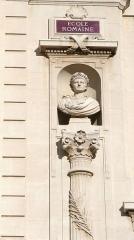 Palais des Arts -  Palais des arts à Marseille, statue d'Auguste sur la façade.