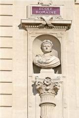 Palais des Arts -  Buste d'Auguste sculpté par Guindon (1831-1919) situé sur la façade du palais des arts à Marseille.