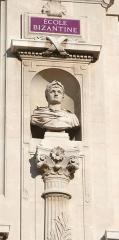 Palais des Arts -  Palais des arts à Marseille, statue de Constantin sur la façade principale.