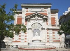 Palais des Arts -  Palais des Arts à Marseille, Espérandieu architecte (1829-1874), fontaine sur mur aveugle.