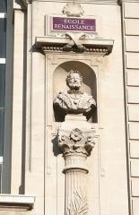 Palais des Arts -  Palais des Arts à Marseille, statue de François Ier sur la façade principale.
