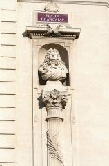 Palais des Arts -  Palais des Arts à Marseille, buste de Louis XIV sur la façade principale, sculpture d'Antoine Bontoux.
