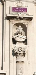 Palais des Arts -  Palais des Arts à Marseille, buste de Saint-Louis sur la façade principale, sculpture d'Antoine Bontoux.