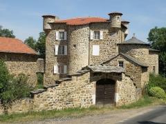 Château de Mercuret - Français:   Retournac, dép. de la Haute-Loire, France (Auvergne). Castel de Mercuret, dans le sud de la commune. Au centre: le corps de logis; à gauche: la grange; à l\'avant à droite: la chapelle.