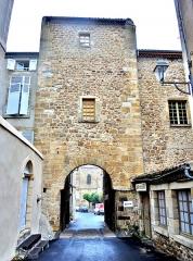 Enceinte médiévale - Français:   Porte de l\'Evêque, vue de l\'extérieur de la cité médiévale. Billom. Puy-de-Dôme