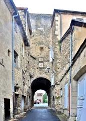 Enceinte médiévale - Français:   Porte de l\'Evêque, vue de l\'intérieur de la cité médiévale. Billom. Puy-de-Dôme