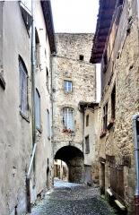 Enceinte médiévale - Français:   Porte des boucheries, vue de l\'intérieur de la cité médiévale. Billom. Puy-de-Dôme