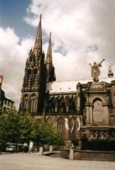Fontaine d'Urbain II - Polski: Katedra w pl:Clermont-Ferrand przy placu de la Victoire. Przed nią pomnik pl:papieża Urbana II. Zdjęcie zrobione we wrześniu 2001. Autor:Slawojar