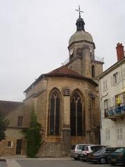 Eglise - Français:   L\'église de Saint-Amour dans le Jura, vue du chevet, côté place