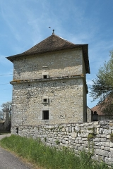 Château - Deutsch: Schloss in Boulot im Département Haute-Saône (Bourgogne-Franche-Comté/Frankreich), Mauer und Taubenturm