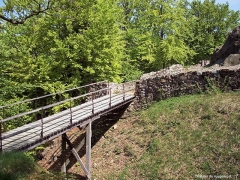 Château - Français:   Passerelle remplaçant le pont-levis de l\'ancien château médiéval de Rougemont