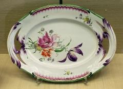 Faïencerie - Français:   Plat à décor floral, porcelaine, manufacture de Niderviller, période Beyerlé, 1759-1770. Kunstgewerbemuseum, à Berlin.
