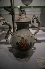 Faïencerie - Français:   Présentation de céramiques, faïences au Musée Lorrain, provident de l\'ancien hospital st-Stanislas de Nancy.