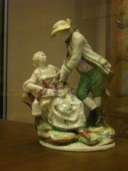 Faïencerie - Français:   Chasseur et sa compagne, faïence de Niderviller, vers 1765-1770, conservée au musée du Pays de Sarrebourg.