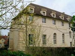 Couvent des Carmes - Français:   Aile sud de l\'ancien couvent, transformé en logements comme l\'ensemble des bâtiments sauf la chapelle, vue depuis le passage des Carmes sur l\'enceinte médiévale.