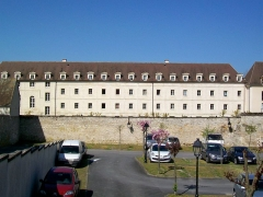 Couvent des Carmes - Français:   Le principal bâtiment conventuel des Carmes, vu depuis la rue de la République à travers de l\'ancien site du couvent des Cordeliers, disparu.