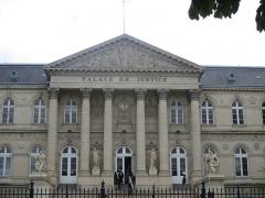 Palais de Justice - Français:   Fronton du palais de Justice d\'Amiens.