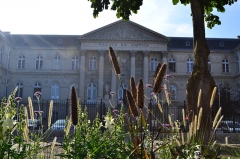 Palais de Justice - Français:   Vue du palais de Justice d\'Amiens depuis la rue Robert de Luzarche