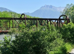 Pont Victor-Emmanuel dit Pont des Anglais - English: Sight of the former Pont Victor-Emmanuel bridge, also called Pont des Anglais, with visible the Arclusaz mountain at the background, between Chambéry and Albertville in Savoie, France.