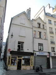 Immeuble - English: Middle-age houses at 174-176 rue St Denis (Paris, 2nd arr.): in this houses, there is only one room (and often one window) on each floor.