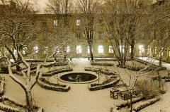 Ecole normale supérieure - Français:   Cour intérieure de l\'Ecole Normale Supérieure (Paris), et bassin aux Ernests, de nuit, sous la neige.