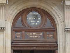 Ecole normale supérieure - Français:   Paris, rue d\'Ulm, Ecole normale supérieure, médaillon de la porte d\'entrée