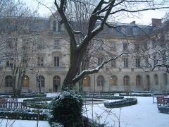 Ecole normale supérieure - Français:   La cour et le bassin aux Ernests sous la neige.