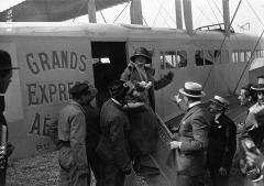 Aérogare du Bourget - Le Bourget - Mlle Cécile Sorel arrivant de Londres descend d'un Goliath - (photographie de presse) - Agence Meurisse