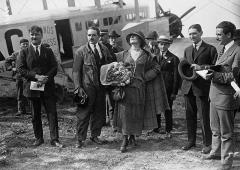 Aérogare du Bourget - Le Bourget - Mlle Cécile Sorel à côté de son pilote Armand Gaston - (photographie de presse) - Agence Meurisse
