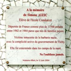 Groupe scolaire Condorcet -  Plaque commémorative de la déportation d'une enfant juive sur l'école primaire Condorcet - Maisons-Alfort - Val de marne.