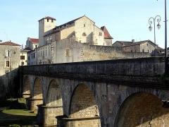 Eglise Sainte-Marie - Français:   Notre-Dame de l\'Assomption, église du XIIe siècle de Roquefort, dans le département français des Landes. Le pont enjambe la Douze.