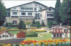 Villa Arnaga, actuellement musée Rostand - Euskara: 1. Arnaga etxea, Edmund Rostanden museoa, Kanbon. 2 eta 3. Neoeuskotar estiloko udaletxeak, Kontinenteko Euskal Herrian.