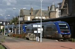 Gare S.N.C.F. -  Une UM d'AXTER, dont l'X 73601 en gare de Dinan, entre les TER n°54139 et n°54164