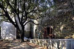 Couvent de l'Annonciation -  Morsiglia, Cap Corse - Façade orientale de l'ancien couvent de l'Annonciation, occupé pour les travaux de restauration. À gauche, le chevet de l'église conventuelle.