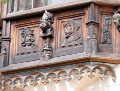 Maison Eymonaud - Français:   Paris 18e arrondissement - Maison Eymonaud - Détail de la décoration d\'une autre fenêtre