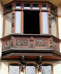 Maison Eymonaud - Français:   Paris 18e arrondissement - Maison Eymonaud - La fenêtre en bow-window avec un décor de style néo-gothique