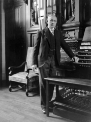 Maison de Marcel Dupré - English: French organist and composer Marcel Dupré (1886-1971) in front of his pipe organ at Meudon.