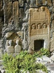 Eglise Saint-Geniès de Benque-Dessous - Français:   Cippes funéraires gallo-romains remployés dans la façade sud de l\'église Saint-Geniès de Benque-Dessous, Haute-Garonne, France. Précision: la photo est dans le bon sens: sur la gauche, il s\'agit d\'un mur vertical où poussent des petites plantes de rocaille.
